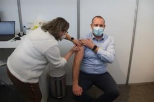 """Eerste vaccins toegediend in Puyenbroeck: """"Als je als ambulancier in de ogen kijkt van mensen die sterven aan het virus, dan twijfel je niet"""""""