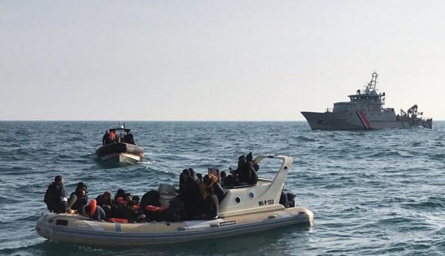 """Geklist voor Belgische kust in gammel bootje met vluchtelingen, maar man ontkent mensensmokkel: """"Ik wou gewoon hun geld aftroggelen"""""""