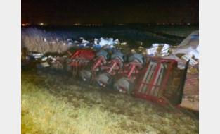 Tientallen balen houtvezels belandden in gracht naast E40