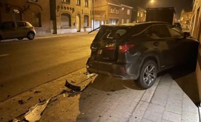 Geparkeerde auto van dokter volledig vernield na aanrijding door vrachtwagen