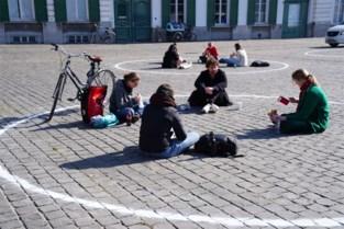 Studenten zitten met te veel in krijtcirkels: op dag één al boetes op Sint-Pietersplein