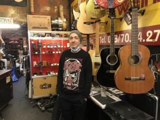 """Muziekwinkel John Twin Music blaast 55 kaarsjes uit tijdens coronacrisis: """"Artiesten blijven gelukkig thuis spelen en opnemen"""""""