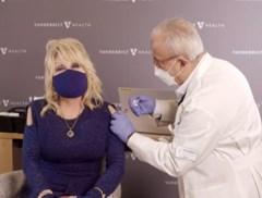 """Dolly Parton krijgt 'haar' vaccin toegediend en heeft een boodschap voor de """"watjes die de moed niet hebben"""""""
