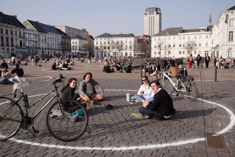 Het is druk op het grootste bubbelterras van Gent: elke cirkel volzet op het Sint-Pietersplein