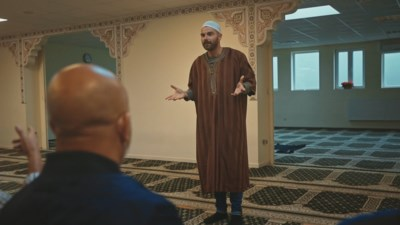 """Kobe Ilsen trok voor #weetikveel naar de Grote Moskee in Brussel: """"De islam staat open voor dialoog, voor veel mensen een handig weetje"""""""