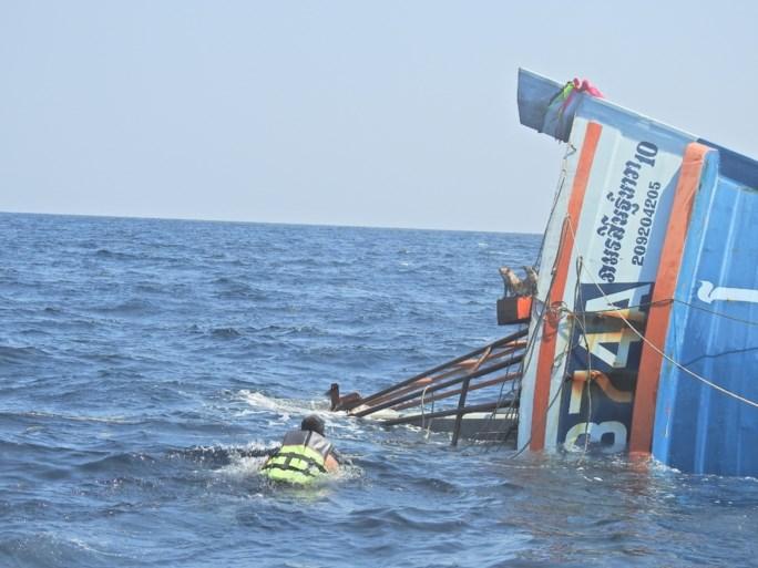 Matroos aarzelt niet om katjes van brandende boot te redden