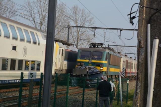 Trein sleurt auto honderden meters mee: bestuurder kansloos