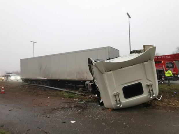 Urenlange chaos op E34 door reeks ongevallen, één chauffeur levensgevaarlijk gewond