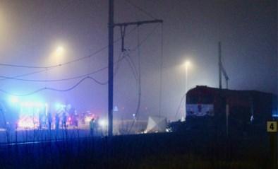 Vrachtwagen geramd door goederentrein: chauffeur overleden, materiële schade enorm