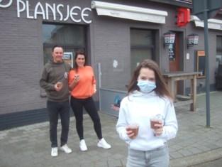 Tess (14) steekt zelf de handen uit de mouwen als steun aan café-uitbaters Bart en Christel die zware coronaboete kregen
