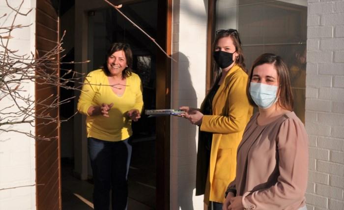 Milieuschepen bezoekt zwerfvuilvrijwilligers aan huis