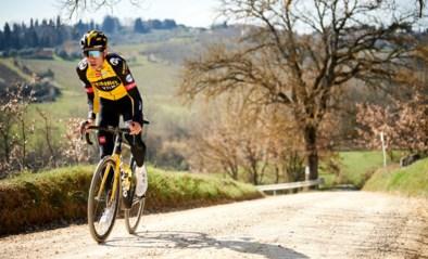 """Wout van Aert vliegt tijdens verkenning over cruciale grindstrook in Strade Bianche: """"Een van de leukste fietstochtjes van het jaar"""""""
