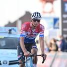 Mathieu van der Poel bolt over de streep met een gebroken stuur.