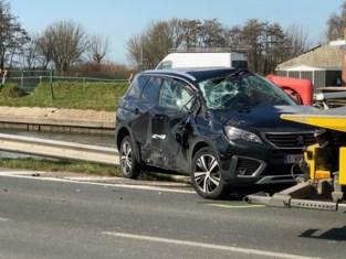 Auto belandt net niet in vaart na ongeval