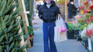 Bye skinny jeans, welkom baggy jeans. Katie Holmes geeft het goede voorbeeld