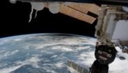 Amerikaanse astronaute en Japanner wandelen in de ruimte