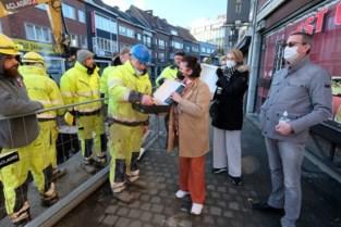 """Handelaars trakteren werkmannen die hun straat openleggen op koffiekoeken: """"Straks hebben wij de mooiste straat van Oost-Vlaanderen"""""""