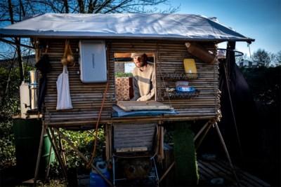 """Stef (27) woont in het goedkoopste 'tiny house' van het land, met een winkelkar als inkomhal: """"Dit heeft in totaal 500 euro gekost"""""""