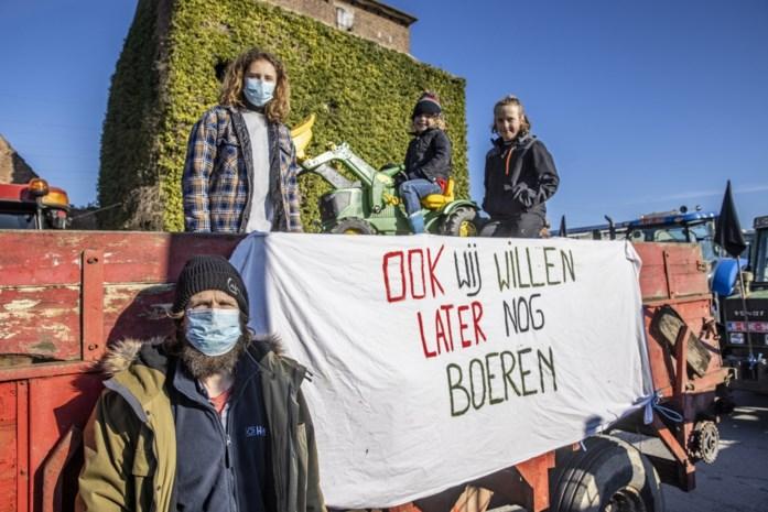 """Boeren voelen zich bedreigd en protesteren met meer dan zestig tractoren: """"Met de aanleg van de Ring worden de landbouwers gestraft"""""""