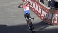 Superieure Mathieu van der Poel wint Strade Bianche, Wout van Aert mist beetje ritme om mee te doen voor winst