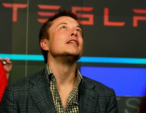 Tesla op een maand tijd ruim 200 miljard euro minder waard (en Elon Musk deelt in de klappen)
