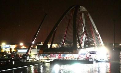 Spektakel in Beringen: langste brug over Albertkanaal wordt naar haar plaats gevaren