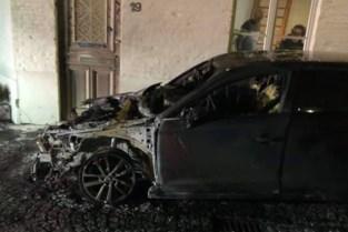 """Onbekenden steken wagen in brand, ook woning loopt schade op: """"Dit had veel erger kunnen aflopen"""""""