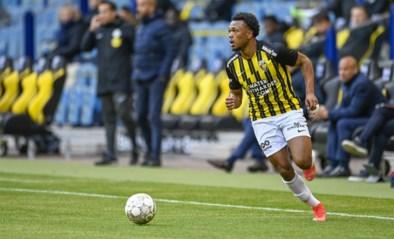 Scorende Loïs Openda helpt Vitesse aan zege tegen AZ in Nederlandse topper