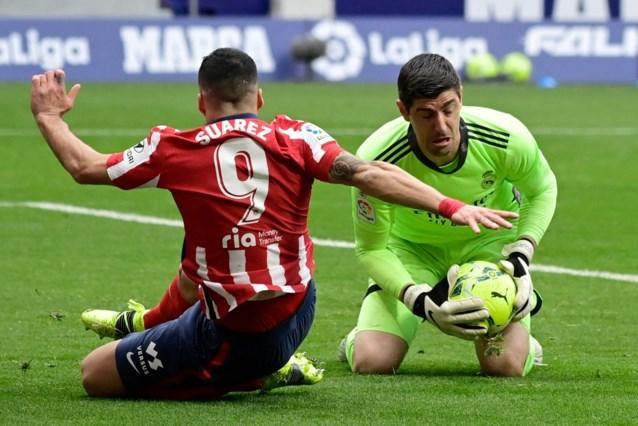 Real sleept dankzij Courtois punt uit de brand bij Atlético, Barcelona lachende derde