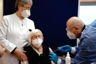 """85-plussers worden verwacht voor vaccinatie: """"We doen een oproep aan mantelzorgers, familie of vrienden om hen te helpen"""""""