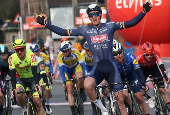 """Tim Merlier pakt na indrukwekkende sprint tweede zege in zes dagen: """"Cavendish was mijn idool, hem nu kloppen is toch speciaal"""""""