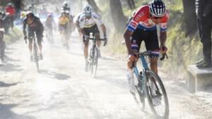 """Terwijl Mathieu van der Poel de concurrentie in de vernieling reed, zat papa Adrie niet voor de tv: """"Het was zulk mooi weer"""""""