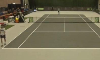 Onbekende tennisser haalt de trukendoos boven en pakt uit met blinde wonderbal