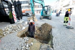 """Archeologen steken eerste schop in de grond aan Grote Markt: """"Nog vijftien proefputten te gaan"""""""