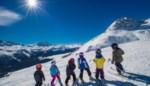 Scholen die sneeuwklassen in het water zagen vallen, trekken nu in de zomer naar de bergen
