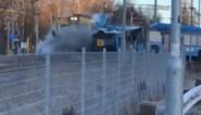 """Man filmt moment waarop trein ontspoort na crash met defecte bus: """"Stukken puin vlogen over mijn hoofd"""""""
