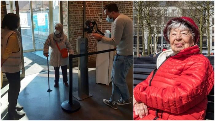 We kennen haar nog van Postbus X, nu gidst hoogbejaarde Alice (96) ons door vaccinatiecentrum
