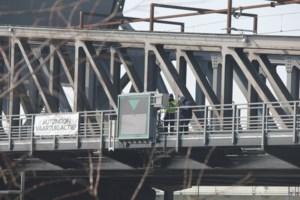 """""""Misschien heel gezellig, maar totaal niet verkeersveilig"""", nieuwe verlichting brug flikkert en fonkelt"""