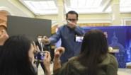 Lastige vragen van journalisten? Dat lost de Thaise premier op met een flesje alcoholspray
