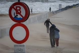 121 oproepen voor stormschade aan kust en regio, vooral problemen met daken
