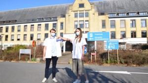 """Studenten Najade en Brecht prikken bij in het vaccinatiecentrum in Sijsele: """"Zò blij dat we eindelijk ook iets kunnen doen"""""""