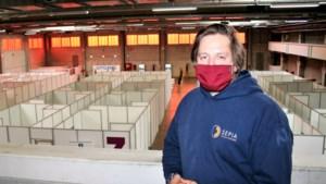 """Jonas mocht het vaccinatiecentrum in Sint-Niklaas opbouwen, na een jaar technische werkloosheid: """"Blij dat ik eindelijk weer eens wat stress had"""""""
