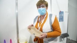 """Apotheker Annemie keert terug uit pensioen om vaccins te beheren: """"Hopelijk zitten die frigo's straks vol champagne"""""""
