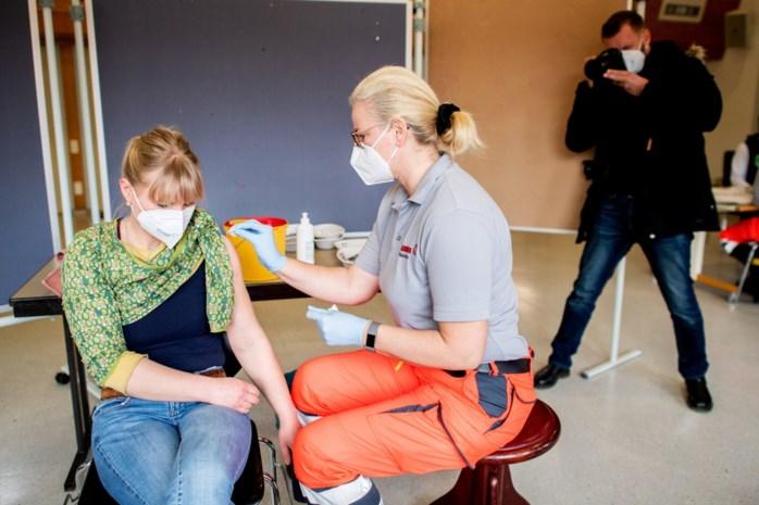 Zeldzame hersentrombose bij zes vrouwen deed alarmbel in Duitsland over AstraZeneca-vaccin afgaan