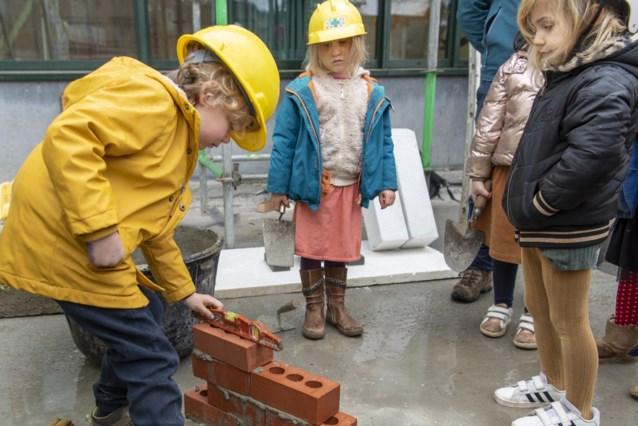 Kleuters leggen zelf de eerste stenen van nieuwe schoolvleugel
