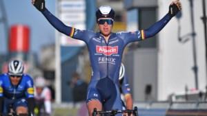 """Tim Merlier wint Bredene Koksijde Classic na ware uitputtingsslag: """"Maar ik had in de sprint niet mogen omkijken, ik word er zelf zot van"""""""