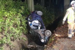 Auto over de kop in gracht, brandweer bevrijdt gewonde bestuurster