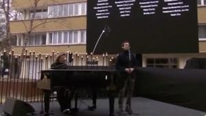 Ontroerend: Ozark Henry en overlever zingen 'This one's for you' op herdenkingsceremonie 22/03