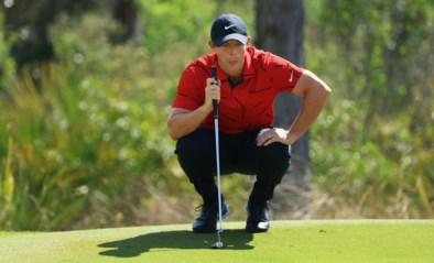 Golfer Rory McIlroy slaat een bal... in een zwembad