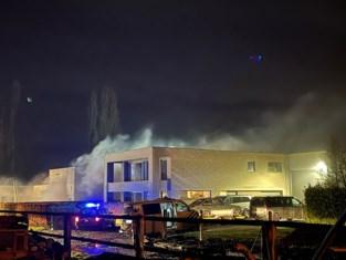 Uitslaande brand in woning aan bedrijfsloods, wellness brandt helemaal uit
